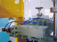 Automatic Plastics Extrusion Blow Molding (EBM) Machine, Bottles Flashes Rotary Trimming